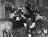 Zengin grubu içinde at arabası — Stok fotoğraf