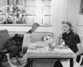 žena jíst jídlo u stolu s live turecko — Stock fotografie