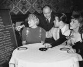 Garçom e clientes no restaurante — Foto Stock