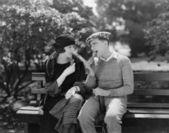 Couple mangeant des cornets de crème glacée dans le parc — Photo