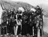 Groep van inheemse amerikanen in traditioneel gewaad — Stockfoto