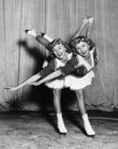 女性双胞胎滑冰 — 图库照片