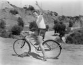 Male bicyclist waving — Stockfoto