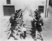 Mädchen und jungen fechten — Stockfoto
