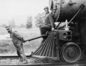 Inżynierowie ciągnie pociąg silnik — Zdjęcie stockowe