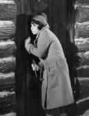 Woman knocking on cabin door — Stockfoto