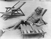 Woman playing backgammon on beach — Stock Photo