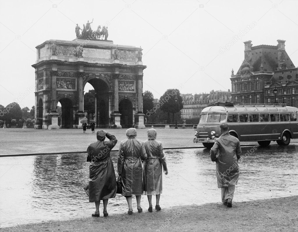 Tourists viewing the Arc de Triomphe du Carrousel at the Tuileries Gardens, July 15, 1953 — Stock Photo #12287778