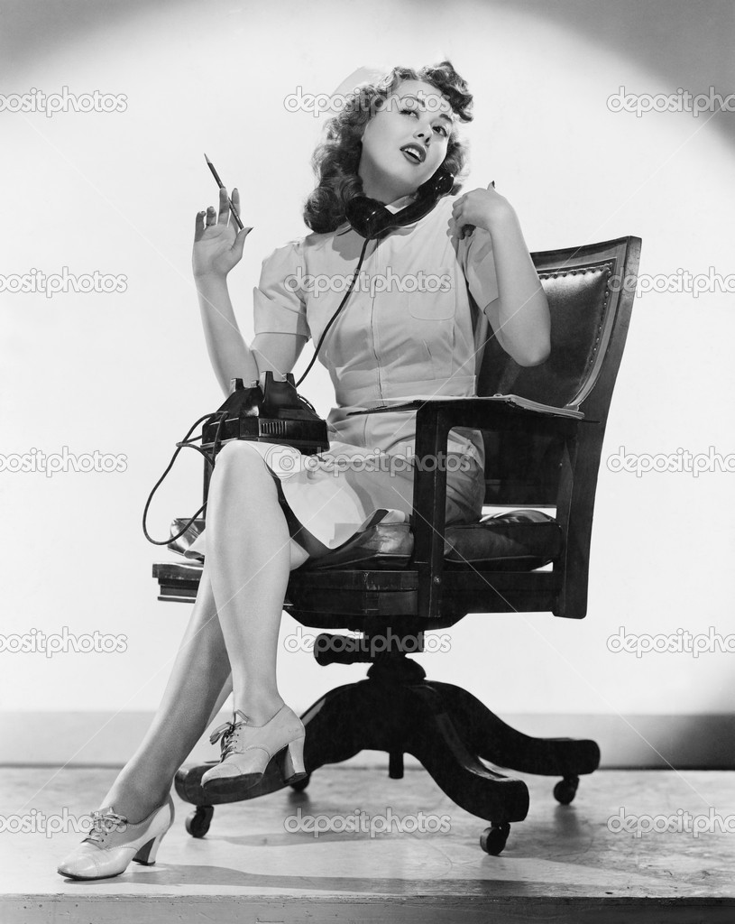 Portrait of nurse talking on telephone — Stock Photo #12288635