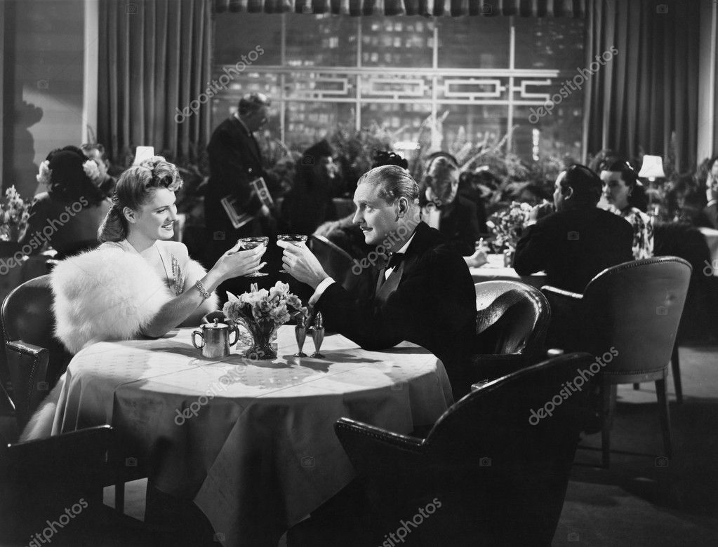Couple dining in crowded restaurant — Stock Photo #12289382