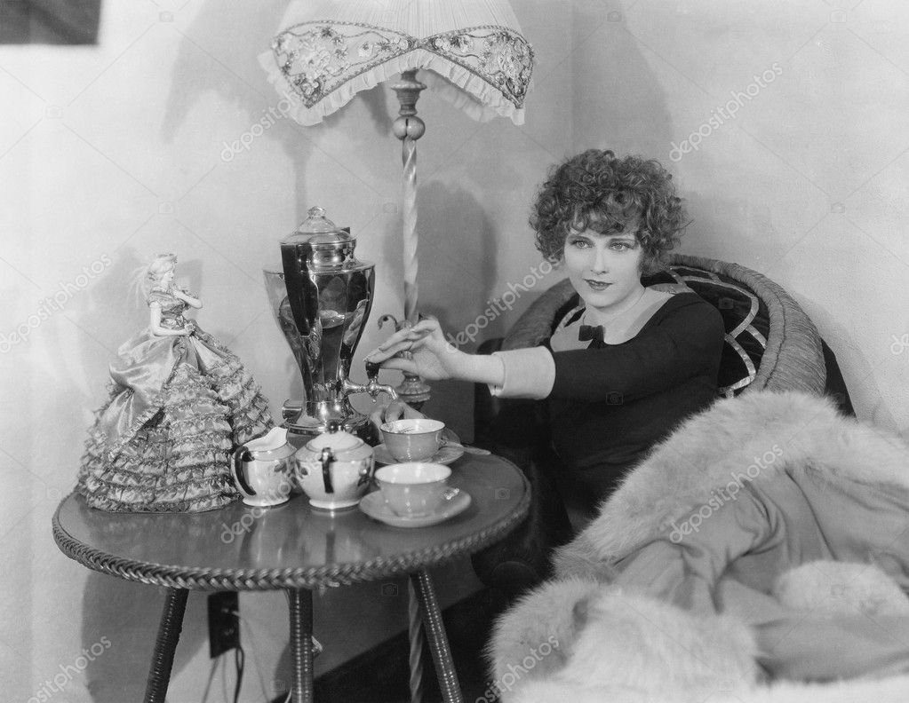 Woman with urn and teacups — Stock Photo #12289850