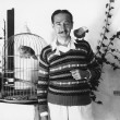 Man posing with pet birds — Stockfoto