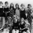 集团的女性朋友在沙滩上 — 图库照片