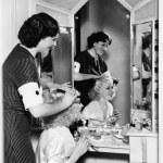 donna, Pettinatura un altro womans capelli — Foto Stock