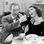 porträtt av en kvinna och en man utfodra soppa till varandra vid ett bord — Stockfoto