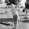 Woman playing golf on a golf course — Stockfoto