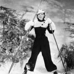 porträtt av en ung kvinna skidåkning och ler — Stockfoto
