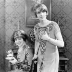 due donna in piedi insieme nel soggiorno — Foto Stock
