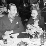 casal sentado junto a uma mesa se divertindo — Foto Stock