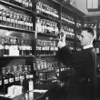 Man in a pharmacy mixing medicine — Stockfoto