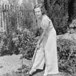ung kvinna gör trädgårdsarbete i hennes bakgård — Stockfoto