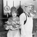 paar staande samen in een keuken met een gekookte Turkije — Stockfoto