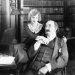 uomo seduto su una sedia con donna tenendo la sua mano — Foto Stock
