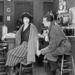 coppia insieme seduti in un bar guardare l'altro — Foto Stock