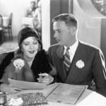um casal sentado junto a uma mesa de jantar — Foto Stock