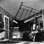 mujer joven sentada en una habitación mirando asustada — Foto de Stock
