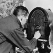 Man tuning the radio — 图库照片