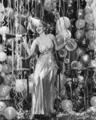 žena slaví s místností plnou balónků — Stock fotografie
