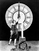 Donna con candela e orologio sul capodanno — Foto Stock
