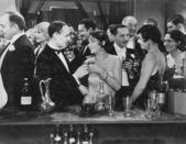 Pareja tomando trago en el bar lleno de gente — Foto de Stock