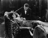 Man tending to injured woman — Stock Photo