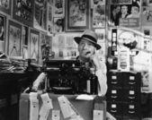 Uomo pensando alla macchina da scrivere — Foto Stock