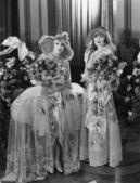 担任大型花束的妇女的肖像 — 图库照片