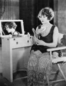 Mulher na penteadeira — Foto Stock