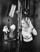 женщина на съемочной площадке с щенки — Стоковое фото