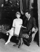 мужчина и женщина на диване с оформлением документов — Стоковое фото