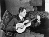 Człowiek gra gitara — Zdjęcie stockowe