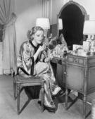 Retrato de mujer en tocador — Foto de Stock