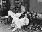 Hommes évanoui avec bouteilles de champagne — Photo