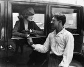 Człowiek żegnając się kobieta w samochodzie — Zdjęcie stockowe