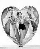 Donna in posa con un grande cuore — Foto Stock
