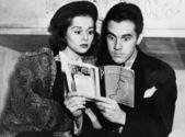 Coppia scioccato leggendo insieme — Foto Stock