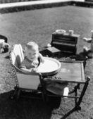 Bebé en la silla de comer afuera — Foto de Stock