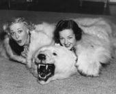 Frauen mit bär-teppich — Stockfoto