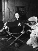 Frau habend name auf rückseite regisseure stuhl gemalt — Stockfoto