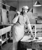 Açougueiro cortar carne com cleaver — Fotografia Stock
